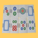 El adulto crea tarjetas de juego para requisitos particulares de tarjetas que juegan