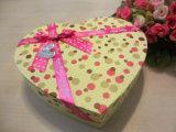 Boîte-cadeau en forme de coeur de papier de carton avec la proue