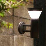 Indicatore luminoso solare fissato al muro per illuminazione esterna