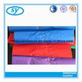 Bolso de basura plástico del vario color en el rodillo
