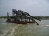 Eisen-Sand, der ausbaggerndes Boot für Meersand-Bergbau pumpt u. trennt