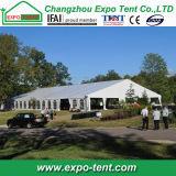 Grande tenda bianca di cerimonia nuziale con la pavimentazione di legno