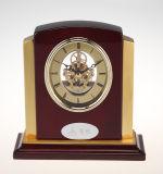 Orologio di legno antico per i ricordi ed i regali