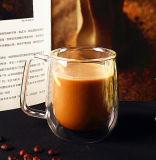 Bouche soufflant la haute tasse de café en verre de Borosilicate de double mur