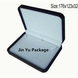 Rectángulo pendiente de cuero negro de la caja de embalaje de la joyería
