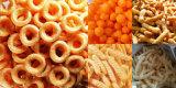 Amor das crianças que come os petiscos soprados do milho que fazem a máquina