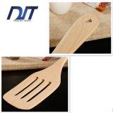 Spatola di legno degli accessori ecologici su ordine della cucina per cucinare