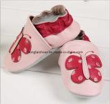 赤ん坊の幼児の靴革01