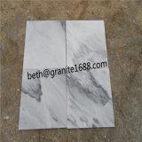 白い大理石の石造りの曇った灰色の大理石の壁のタイル