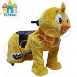 電池の電気歩く雄ん鶏、ひよこは車、子供の乗車に乗る