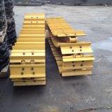 El tren de aterrizaje pesado del equipo parte el zapato de acero de la pista para el excavador