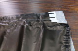 Freie Beispielschwarze Farben-flacher Post-Plastikumschlag mit weißem Firmenzeichen