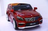 Benz-Plastikauto spielt elektrisches Fernsteuerungsauto