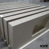 白い固体表面のテーブルの上の浴室の洗面器、石造りの浴室の流し
