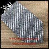薄いしまのあるメンズ綿によって編まれる細いネクタイ