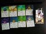 Juego de tarjetas que juegan de Pokemon con el tipo empaquetado de la almohadilla
