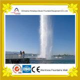 Fontaine droite élevée superbe d'eau de pulvérisation dans le lac