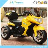 Il modo poco costoso dei pp mette in mostra il motociclo elettrico per i capretti che oscillano la funzione