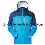 人および屋外の女性の軽量のジャケット
