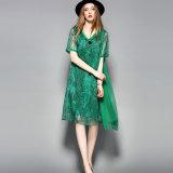 Grünes Knie-Längen-lose Frauen-Kleid mit Blumen gedruckt