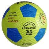 小石の表面の上のゴム製フットボールまたはサッカーの昇進の球