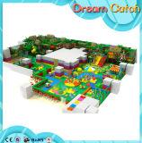 As crianças atrativas usaram o campo de jogos interno para a venda