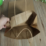 Kundenspezifisches Einkaufen, das Kraftpapier-Papiertüten mit Griff verpackt