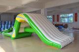 Preço barato que flutua a corrediça inflável do parque da água com escadas de escalada