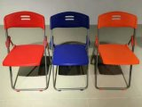 Populärer Plastik, der Stuhl mit Metallrahmen speisend sich faltet