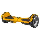 Uno mismo de moda que balancea la vespa de dos ruedas