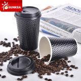 La piña del diamante tiene gusto de la taza de papel negra del café