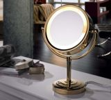 De bevindende Overdrijvende die Spiegel van de Make-up van de Desktop in Hotel wordt gebruikt