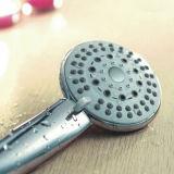 Pista de ducha plástica del ahorro del agua de los accesorios del grifo del cuarto de baño