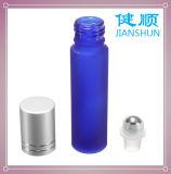 Стеклянный крен эфирного масла на цвете сини бутылки дух