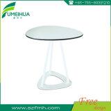 卸し売り円形の白HPLのレストランのテーブルの上