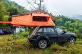 側面の日除けが付いている車の屋根の上のテント