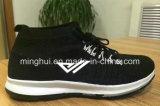 Идущие тапки атлетических ботинок вскользь ботинок спортов