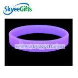 Lueur de cadeau de promotion dans le bracelet en caoutchouc foncé pour l'usager ou le concert