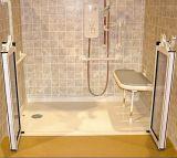 Rullo di handicap del Ada nella base accessibile Handicapped dell'acquazzone
