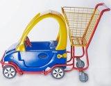 쇼핑 카트가 아이들 트롤리에 의하여 농담을 한다