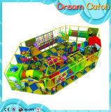 Campo de jogos interno do parque com as crianças oferecidas manuais da instalação
