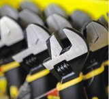 La mano lavora bruscamente l'insieme di strumento tozzo del cacciavite 3PCS della chiave del martello da carpentiere della maniglia