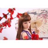 Muñeca japonesa dulce del amor con el esqueleto del metal