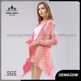 La frange de mode marque avec des lettres le cardigan rose de poncho de dolman