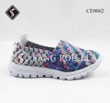 女性および子供の織り方の歩くスニーカーの靴