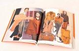 Farbenreiche Frauen, die Drucken des Katalog-A4 kleiden