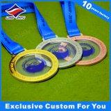 러시아 메달 수영 전사는 금에게 은 청동색 금속 메달을 수여한다