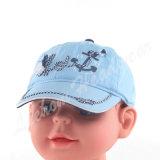 とかされた綿の子供の赤ん坊は帽子をからかう