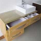 Провод арретирует шкаф ванной комнаты Ikea сохраняя стены утеса