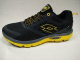 黒い通気性の網のスポーツの靴の衝撃の引きつけられる履物